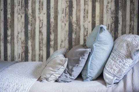 """Dormitorio Niñitas, Papel mural de la colección """"Best of Wood N Stone"""" Cojines confeccionados con linos y gasas importadas de Argentina y estampados impresos acá."""