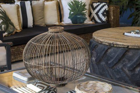 Terraza con muebles de líneas simples, donde los cojines estampados iluminan el lugar.